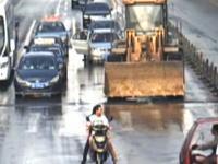 中国でブルドーザーの運転手がご乱心。10台以上の車を破壊し負傷者20名死者1名。