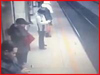 地下鉄ホームの監視カメラが捉えた電車飛び込み自殺の瞬間。亡くなったのは警官。