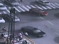 交通量の多い交差点のど真ん中に突然大きな陥没穴が出現する瞬間が中国で撮影される。