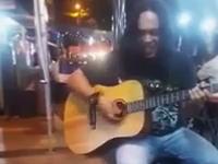 これは萌えた(*´д`*)ストリートミュージシャンの歌に聞き入る珍しい観客たち。