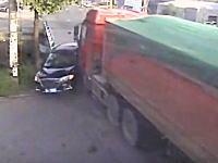 奇跡の生還だろこれ。中国で起きたこの事故が怖すぎる動画。乗用車グッチャグチャ。