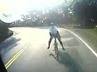 自転車ノックアウト(°_°)カーブを曲がりきれなかったチャリンカーがトラックと正面衝突。