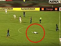 サッカー元代表選手パトリック・エケングさんが試合中に突然死。そのビデオ。
