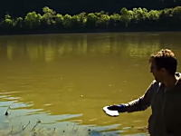 面白実験。金属ナトリウムの円盤を水切り石のように水面に投げたら面白いことになる。