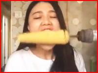 ガチ?トウモロコシ早食いドリル動画を真似した女性が大変な事に。フェイク?