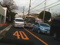 いるいるこんなヤツ。信号渋滞を一気に抜かそうと強引に逆走してくるハイエースが横浜で撮影される。
