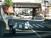 あぶねえ(@_@;)片側4車線の大通りを信号無視で横断する危険極まりない車イス。
