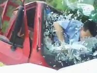衝撃の瞬間。正面衝突でドライバーがフロントガラスを突き破る瞬間のビデオ。