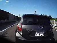 高速道路を走行中に無茶したアクアに殺されかけたライダーの車載ビデオ。