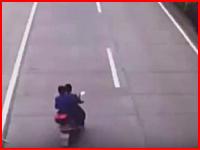 バイクバラバラ事件。ノーヘル二人乗りスクーターと乗用車が正面衝突する瞬間。
