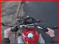 遅い車にイラついて中指を立てたバイク乗りが激痛いことになってしまう(°_°)