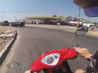 ドッキリ注意。このスクーター事故にドキッとした車載ビデオ。vs VWタイプ1