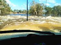 これって車内はどうなってるの?完全に水没した道に挑んだランクルの車窓から。