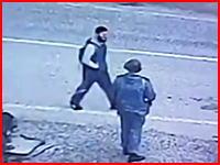 攻撃対象を一人の人間に絞った自爆テロの瞬間。効率悪すぎるだろう?