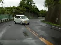 カーブを曲がり損ねたMRワゴンがギリギリヒヤット車載。方輪浮いたと思ったら横転したのかww