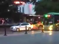 中国の交通トラブルwwwバスを通せんぼしていた乗用車がボッコられる。殺人未遂だろこれ。