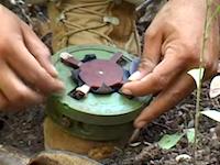 独学で学んだ技術で素手で地雷除去を行う地雷除去活動家アキ・ラー(Aki Ra)のビデオ。