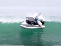 そこで船を止めちゃダメだろ。大波をもろに横から受けて転覆してしまうボート。