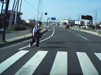 DCの飛び込み自殺!?愛媛で撮影された道路脇に座り込んでいたDCが突然飛び出してくる車載。