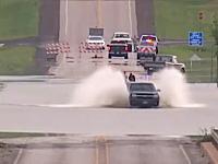 あほすぎるやろ(´・_・`)完全に水没した道路に挑んだ車がやっぱりな事になるww