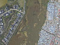 南アフリカの光と闇。富と貧困がわずか200メートルで隣接するミッチェル湖とマシプメレレ。