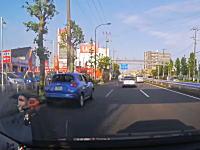 この事故どっちが悪い?環七通りで超速のジュークvs車線変更ワーゲンバス。