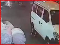 あまりにも酷い中国。車に轢かれた幼児を誰も助けようとせずみんな知らんぷり(´・_・`)