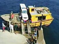 揺れる小さな船からジープを下ろす作業の映像にヒヤヒヤ。イットバヤット島。