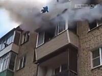 マンション火災でキャッチしてくれる人たちを信じて二人の子供をベランダから投げ捨てる。
