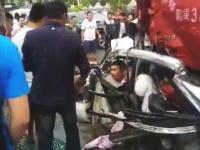 パシャ!「すげー!事故だ事故!」パシャ!潰れた車内に取り残されている人たちを撮影しまくる野次馬たち。