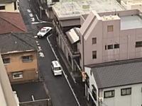 山口県宇部市で撮影されたカーチェイスがちょと笑える動画。狭い範囲を逃げまくる逃走車を上から撮影。