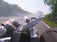 これは轢いちゃった?(°_°)マン島TTで前方で転倒したライダーを轢いちゃったかもしれない車載。