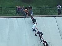 ナイスチームワーク!川に流されそうになっているワンちゃんをみんなで救出GJ動画。