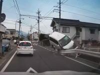 松本市で撮影されたワンボックスがガードレールに正面から突っ込む事故の映像が(((゚Д゚)))