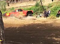 デザートレース「バハ500」で起きた観客死亡事故の映像。母子が轢かれ8歳の少年が死亡。