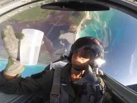 あたま文字Dかな?戦闘機で宙返りしながらカップの水を観察してみよう動画。