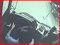 飛んできた大型タイヤがバスのフロントガラスを突き破り運転手を直撃。その映像が怖い。