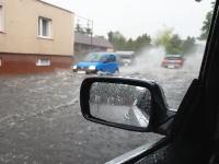 なぜ窓を開けたのwwwドシャ降りで道路が冠水してこれ以上進めないと思ったその時w