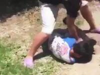これは傷害事件か。中学生っぽい男の子が小学生をフルボッコにしている動画が投稿される。