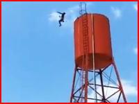 激突の瞬間までが記録された衝撃的な飛び降り自殺の瞬間。給水タンクの上から。