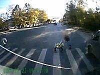 止まれない!ブレーキが効かなくなったトラックがベビーカーの赤ちゃんを轢いちゃう(°_°)