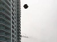 あぶねえ。強風で高層マンションのベランダに置かれた家具が巻き上げられて飛びまくってる(°_°)