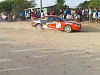 ラリーカーを追いかけていた一般車?が観客に突っ込む事故を起こす。
