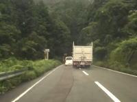 完全に頭イカレテル。徳島の国道で撮影されたトラックの鬼のような煽り運転が危ない(°_°)
