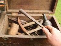 古い道具箱は宝の山だ。長年放置されてサビサビになった古い道具を生き返らせる動画。