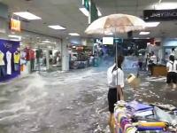 豪雨による洪水で水が店舗に流れ込みショッピングモールが大変な事に。中国。