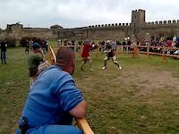 あぶねえwww決闘を観戦していた男性に折れた剣が飛んでくるギリギリ動画。