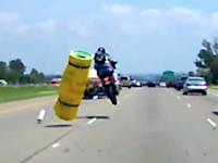 これは怖い(°_°)前の車の落し物で殺されかけたライダーのビデオ。落とし逃げ。