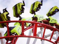 英遊園地で吊り下げ式のジェットコースターが脱線して落下。複数のけが人が出ている模様。