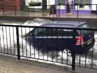 気づかないもんなのか。冠水した道に突っ込んだワゴン車がどんぶらこっこwww